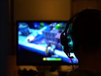 Dreng spiller fortnite på computer