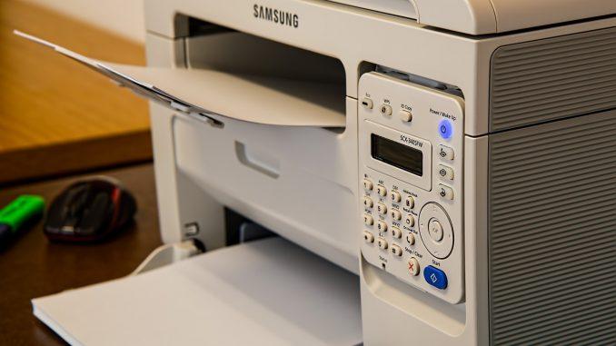 Grå printer på arbejde