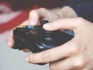 Person spiller xbox med controller