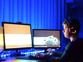Barn spiller computer med tre skærme