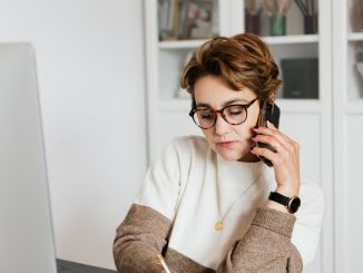 Dame taler i telefon i arbejds sammenhæng