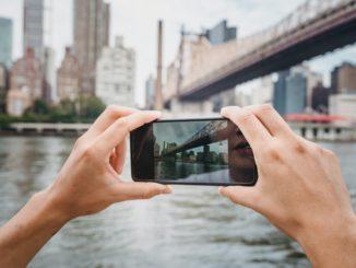 Person tager billeder med telefon