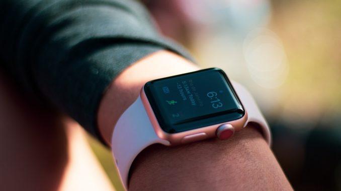 Person har lyserødt smartwatch på