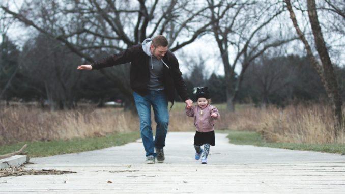 Far leger med sin datter udenfor